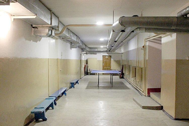 Уроки фізкультури часто відбуваються у підвалі, де немає ні вентиляції,  ні природного освітлення.