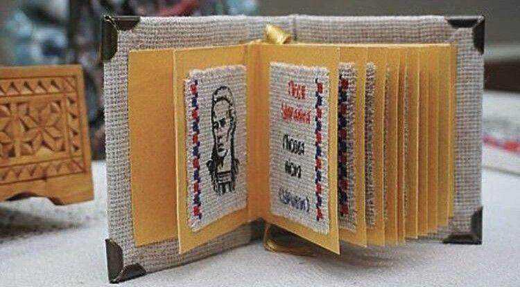Кожна сторіночка книжки-мініатюри оздоблена візерунком. У цій підібрані орнаменти, які збирала Олена Пчілка.