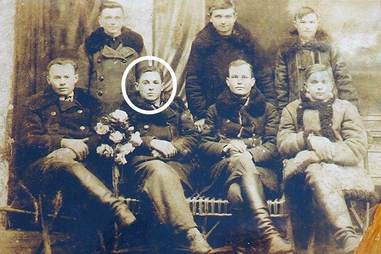 Організатор осередку ОУН у селі Корост,  що на Рівненщині, Тимофій Чиж із побратимами. 1936 рік.