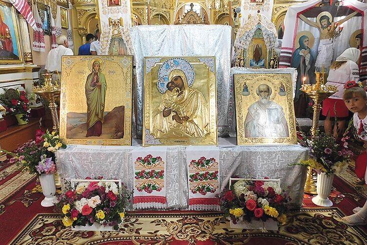Знайдені три образи під час цього богослужіння  були в центрі храму.