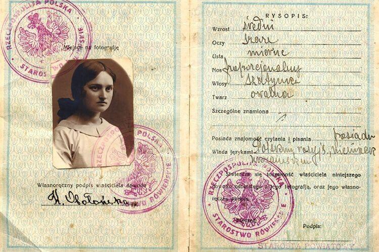 Паспорт племінниці та хрещениці Десницької — Катерини Оболонської, яка народилася  у Здолбунові.  Фото публікується вперше.
