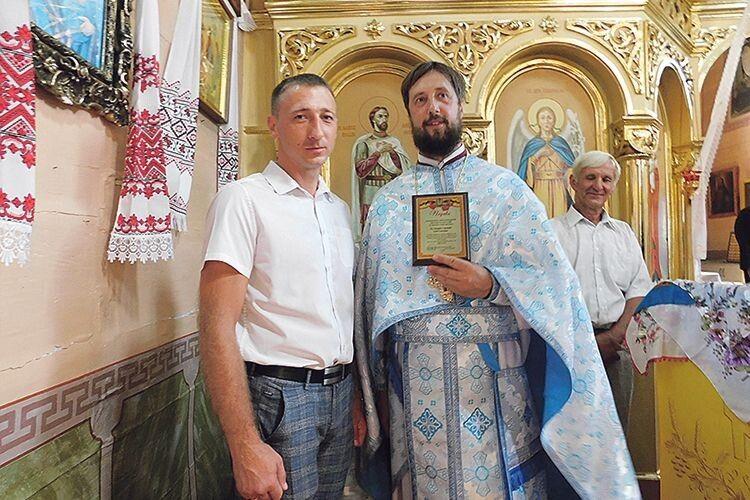 Отець Андрій Лотоцький дякує начальнику Горохівського відділу  ГУНП у Волинській області Андрієві Литвину.