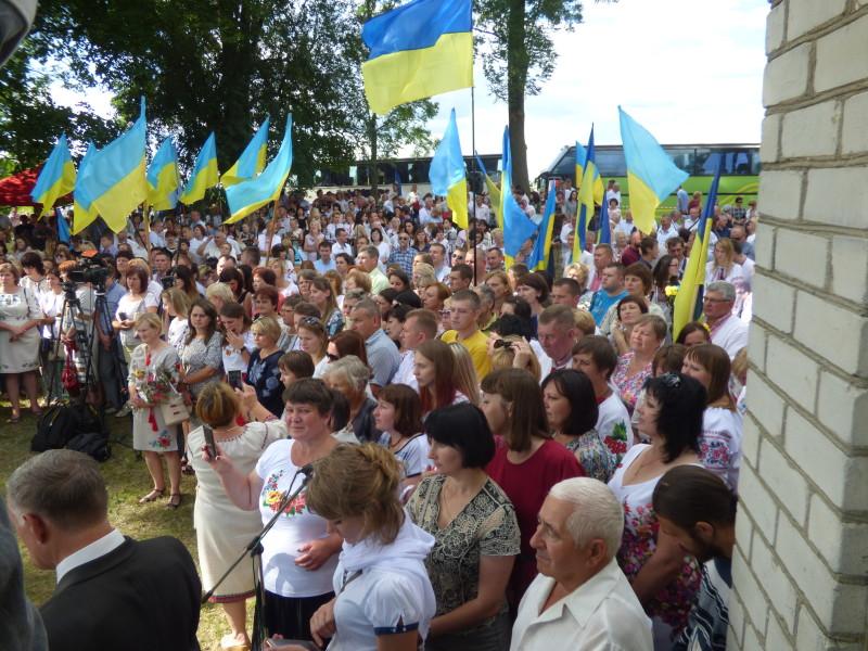 Вшанувати пам'ять загиблих українців у Гончий Брід приїхало кілька сотень людей.