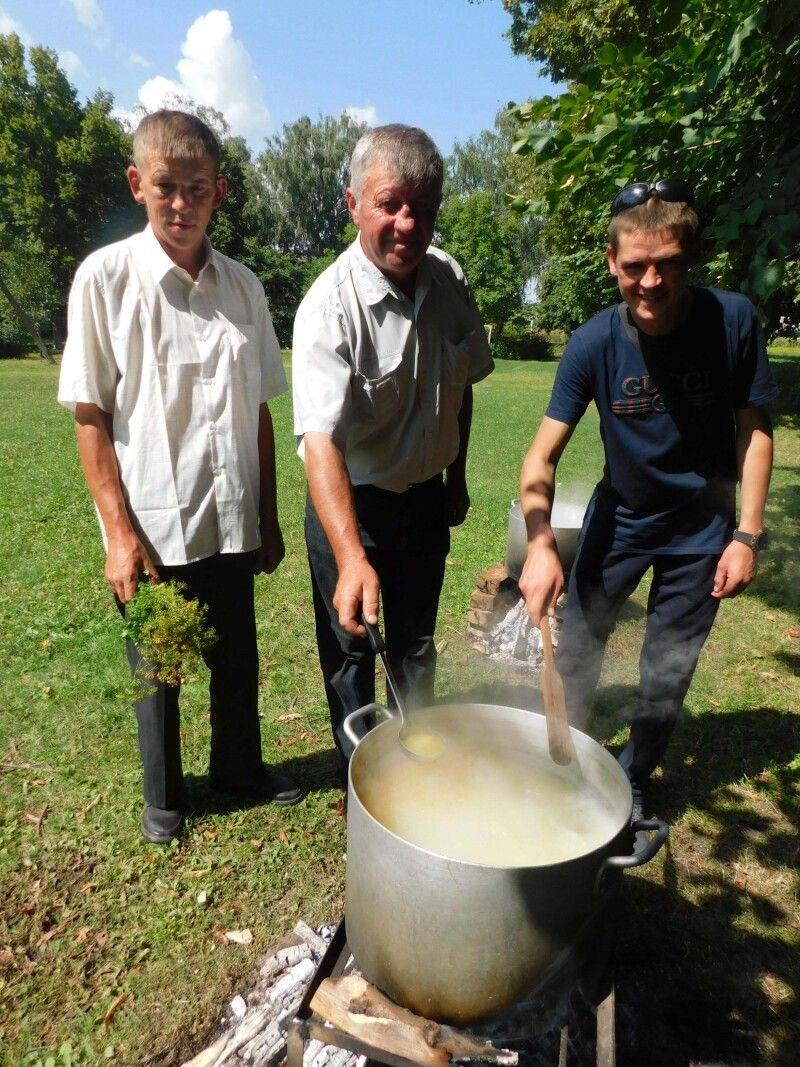 Юшку і куліш варили Олександр Круль (у центрі), Андрій Гонта і Михайло Пограничний.