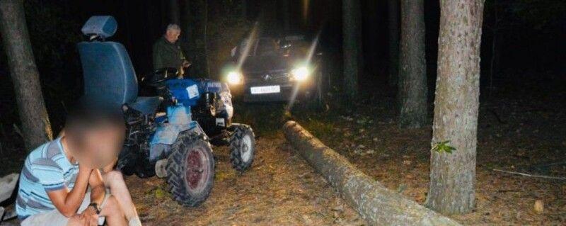 Коли чоловіки зрозуміли, що є відеодокази їх вини, намагалися забрати телефони у працівників лісової охорони... Фото із сайту lisvolyn.gov.ua.