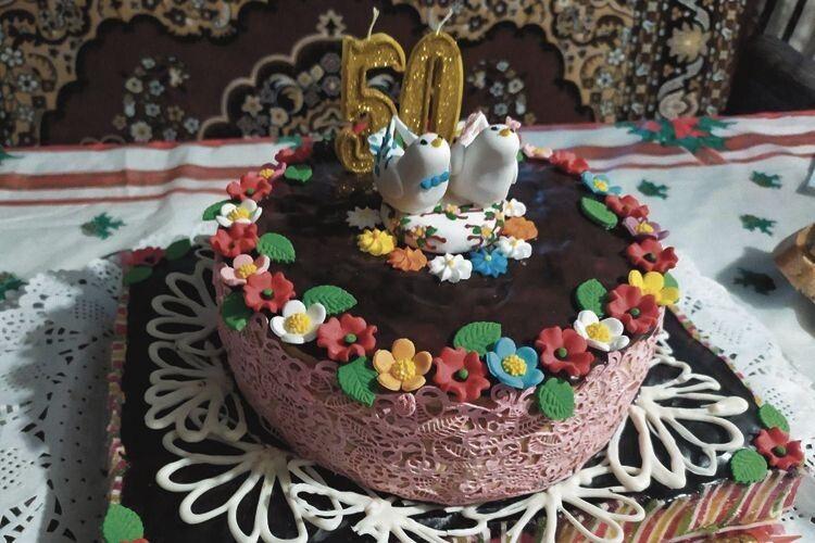 На святкуванні річниці гості подарували Ользі та Юрію торт як символ їхнього довголітнього подружнього життя.