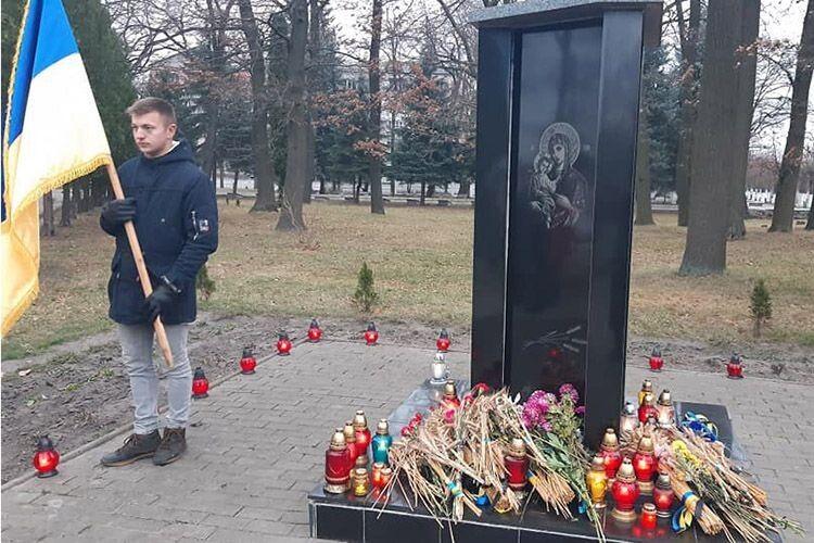 Біля пам'ятника жертвам Голодомору і політичних репресій.