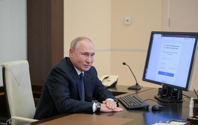 Президент Росії під час дистанційного голосування на виборах.