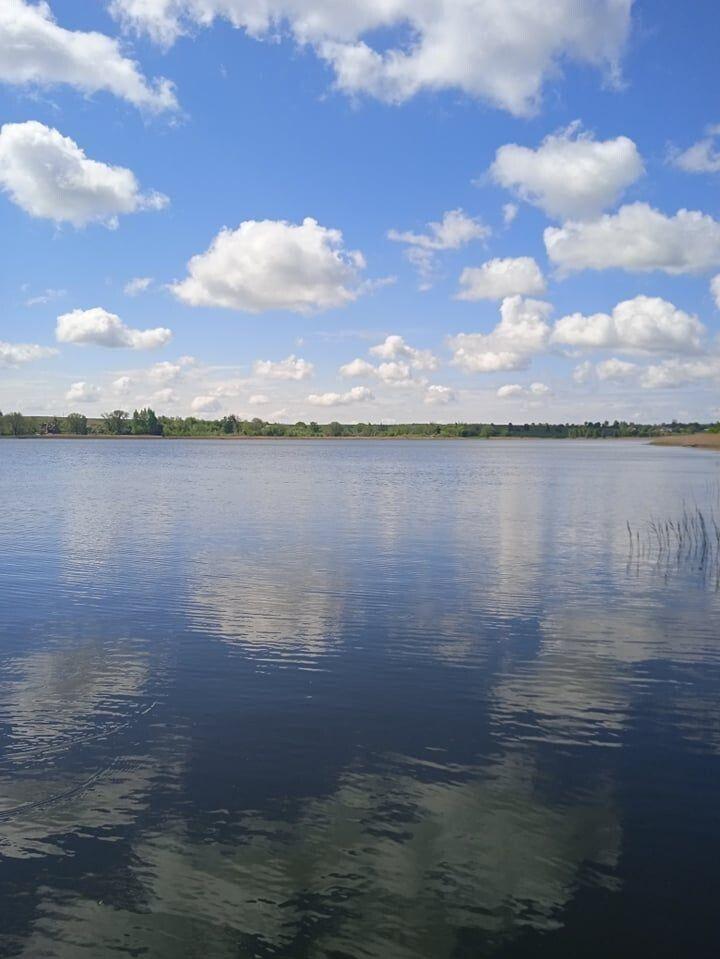 Озеро Окорське. Розташоване між трьох сіл: Великий Окорськ, Малий Окорськ і Квасовиця. З висоти  - має форму ока. Досить мальовниче. Має ,,легку воду'' - кажуть відвідувачі. Знаходиться в 35 км від Луцька по трасі на Володимир-Волинський.