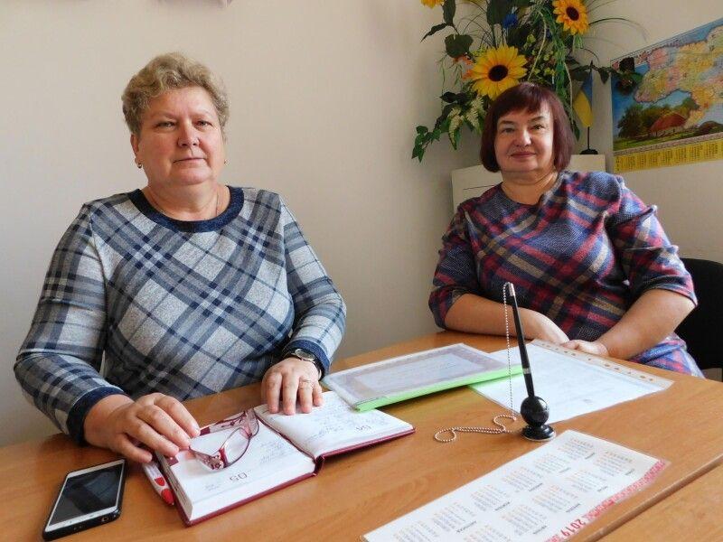 Ювілярка зі заступником ЗОШ І-ІІІ ступеня з навчально-виховної роботи Мирославою Оляніцькою. Фото Лесі ВЛАШИНЕЦЬ.
