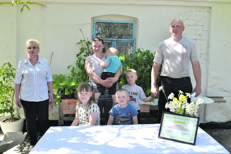 Сільський голова Тетяна Панасюк (крайня зліва) радіє за працьовити родину.