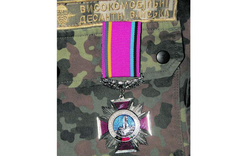 Нагрудний знак «За оборону Донецького аеропорту».