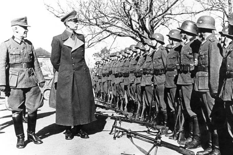 Андрій Власов (у центрі) оглядає свої війська. Кількість вояків у РОА становила приблизно  130 тисяч осіб.