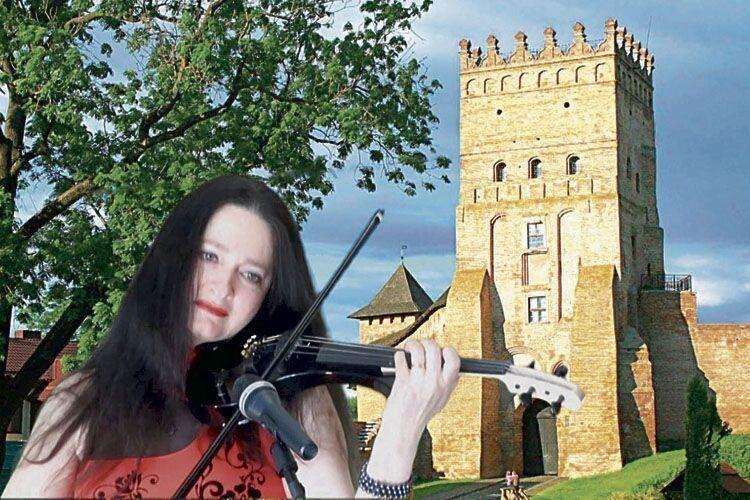 Своєю скрипкою і голосом Наталія Горщар зачаровує численну публіку.
