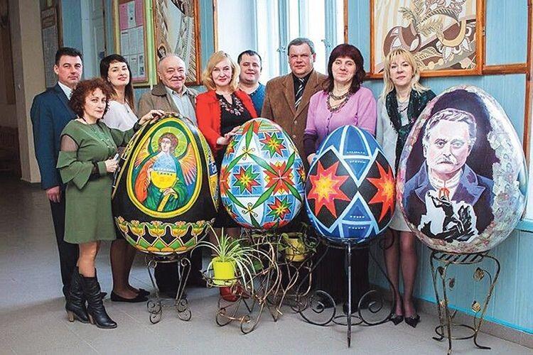 Пасхальні символи Тетяни Токаревої (в другому ряду друга зліва) припали до вподоби і колегам, і відвідувачам виставки у столиці.