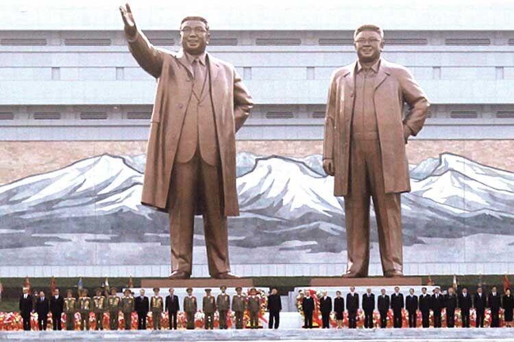 Гігантські бронзові статуї Кім Ір Сена та Кім Чен Іра у Пхеньяні. Тіла ж двох диктаторів знаходяться у прозорому мавзолеї в Палаці Сонця — колишній резиденції Кім Ір Сена.