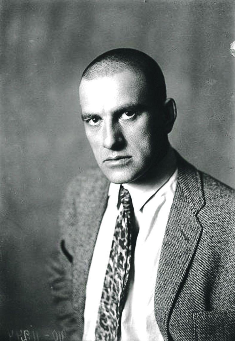 Коли художник Рєпін сказав поету, що хоче на портреті передати вдачу Маяковського за посередництвом його «натхненного волосся», Маяковський прийшов  до нього побритим. З того часу стригся «під нуль».