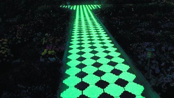 Такий вигляд має люмінесцентна тротуарна плитка.