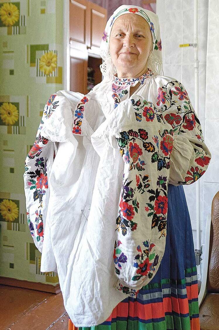 Любов Іванівна продемонструвала нам і старовинну вишиванку, яку того дня одягла, і сучаснішу, у якій виходить на сцену.