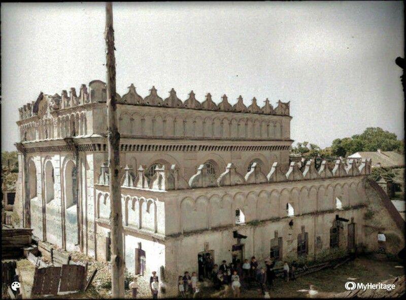 Велика єврейська синагога у м.Любомль ( збудована у 1510 р.). Вигляд із північно-східного бокусторони. Поручмісцеві жителі. Фото 30-тих років. Будівля зруйнована радянською владою у 1947 році.