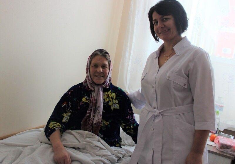 Під час операції лікарі спілкувались з жінкою.