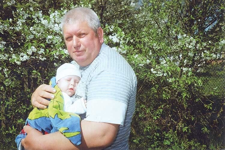 Маленький «поспішайко» набирався сил у тата на руках.