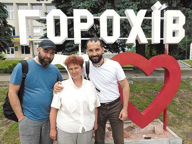 Ділшод Мавлоні, Длявер Якубов і Євгенія Харків на майдані Незалежності в Горохові.