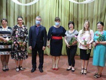 Почесні відзнаки та квіти жінкам вручили голова районної державної адміністрації Алла Гонтар та голова Цуманської ОТГ Анатолій Дорошук.