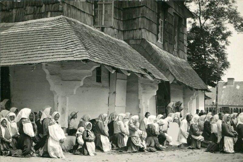 Біля храму, Західна Україна, поч. ХХ ст.