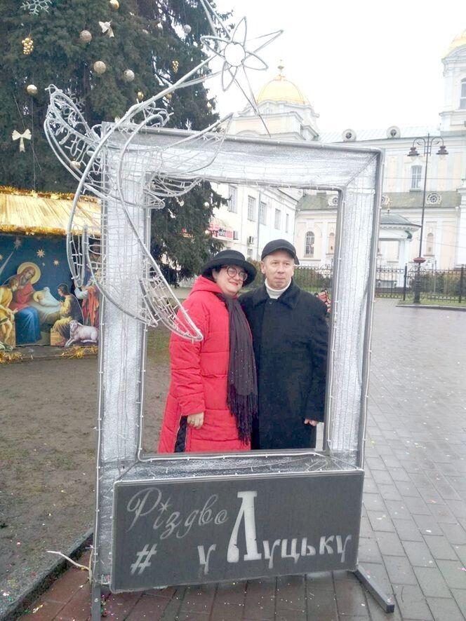Різдвяна фотосесія у центрі міста,  в якому зародилася їхня любов.