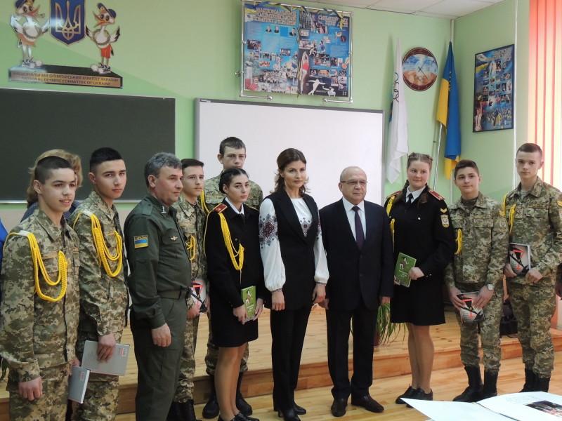 Фото на пам'ять у Волинському ліцеї з посиленою військово-фізичною підготовкою ім. Героїв Небесної Сотні з дітьми учасників АТО.