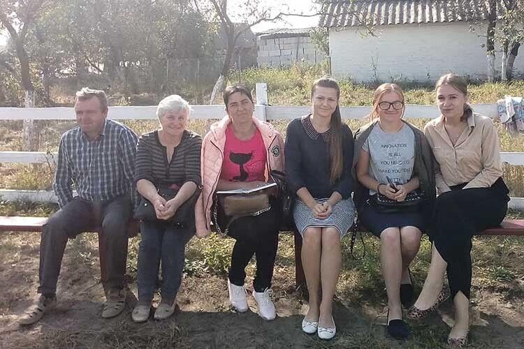 Вчителі пів вересня просиділи на лавці, мріючи, коли працюватимуть  у новому приміщенні школи.