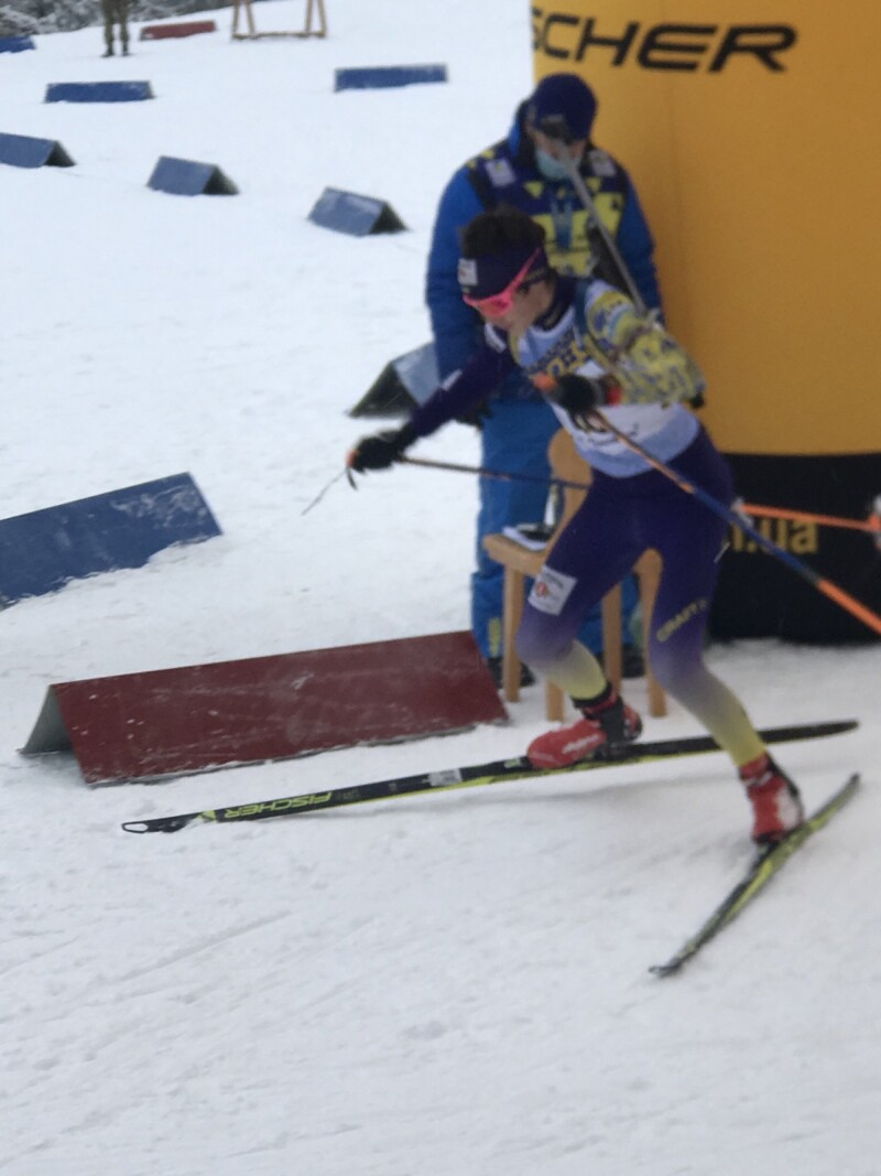 Михайло Хміль намагається не поступатися своїй сестрі. Фото Федерації біатлону Волині.