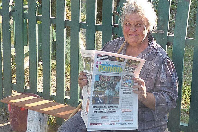 Бабуся-опікун, дізнавшись, в якій газеті буде публікація про внуків, похвасталася,  що теж її передплачує.