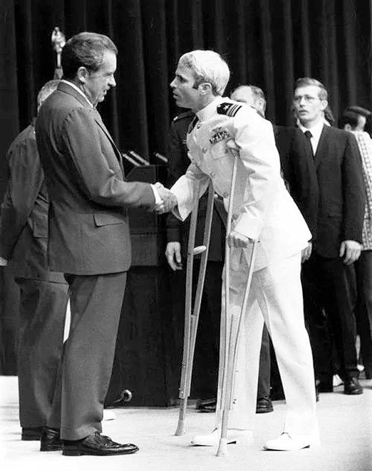 Маккейн після полону зустрічається із президентом Ніксоном.