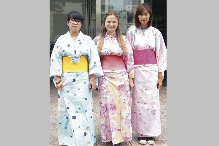 Тетяна Сміховська зЛемешева вНагої зісвоїми японськими подругами.