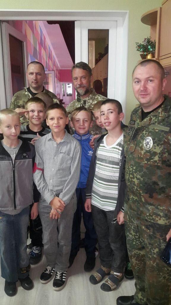 Протоієрей Олександр Лановий (праворуч вгорі) опікується школою-інтернатом на Сході.