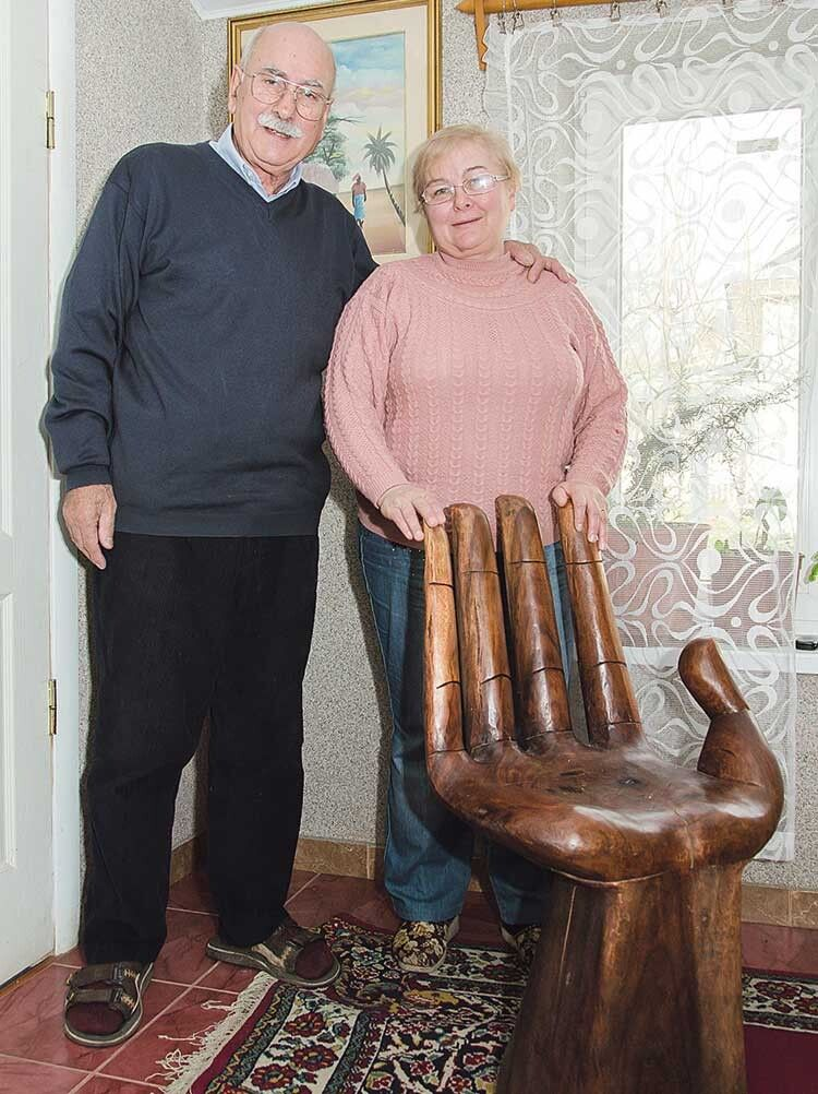 Крісло із чорного дерева у вигляді руки, яке свого часу Еціо привіз із Африки, нині прикрашає дім подружжя.