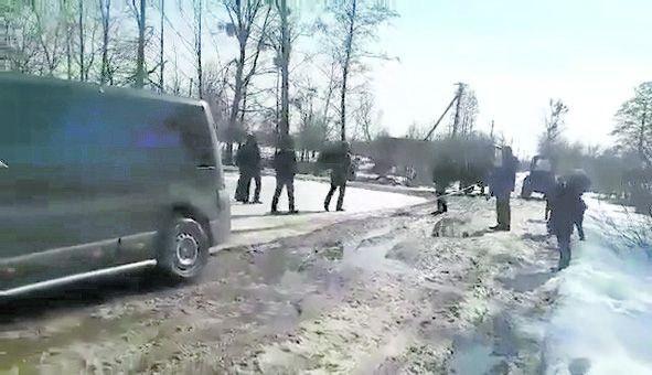 Люди жаліються, що дорога страшенно розбита, у ямах, які після талих снігів та дощу перетворюються на непрохідне болото.