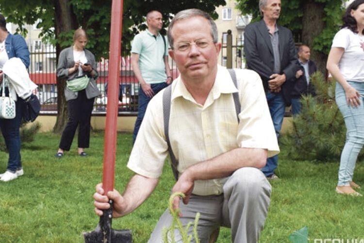 Михайло Бегаль під час посадки алеї сосен на території Волинської обласної клінічної лікарні, яку заклали люди із пересадженими органами.