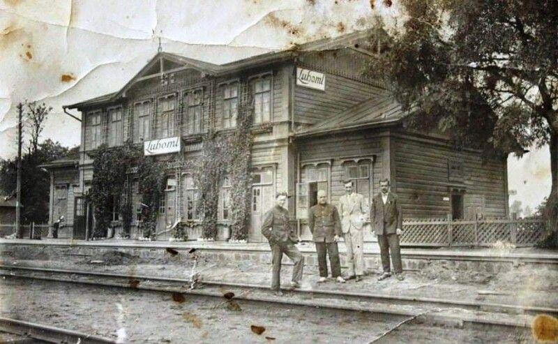 Жителі міста Любомль на залізничному вокзалі. 1930-ті рр. Фото з архіву Любомльського краєзнавчого музею.