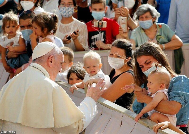 Папа посміхався і розмовляв із людьми, тиснув руки, торкався чола прихожан, які тягнулися до нього через загородження. Фото reuters.com.