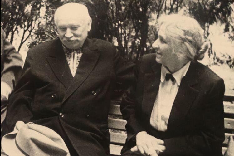 Верьовка здружиною Елеонорою. Олесь Гончар писав: «Таке славне подружжя! Все життя віддали вітчизняній культурі».