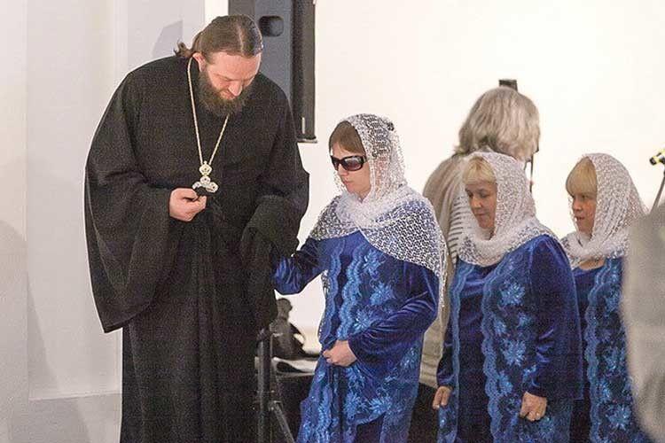 Кожен вихід на сцену — у супроводі керівника отця Олександра Мазурака.