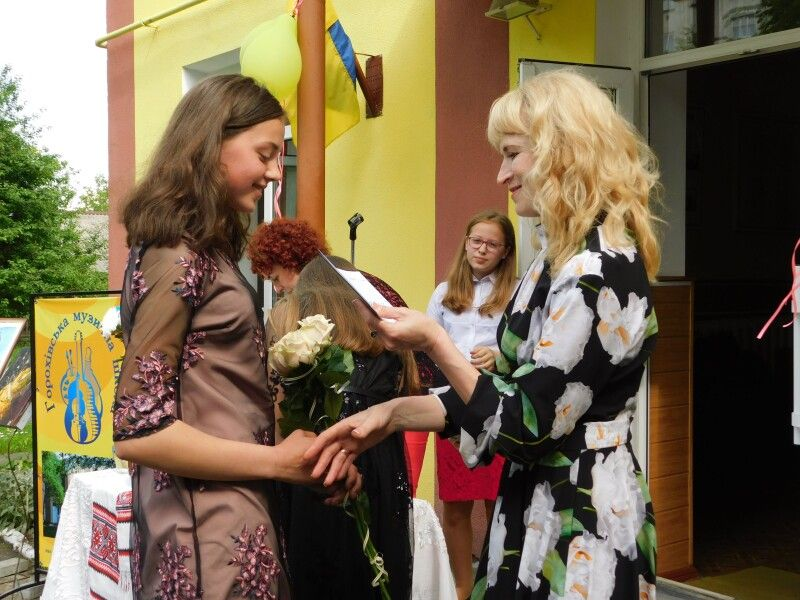 Диплом отримує Соломія Вознюк. Фото Лесі ВЛАШИНЕЦЬ.
