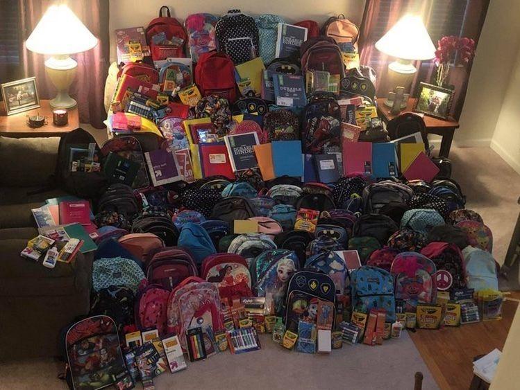 Десятки барвистих рюкзаків, складених один біля одного, – це її внесок у доброчинність.