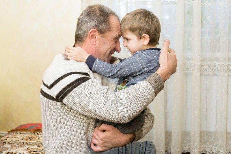 Врятованого малюка Валентин Йосипович обіймає як рідного внука.