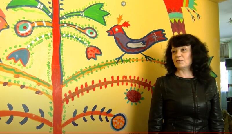 Неля Прокопчук показала нам унікальний стінопис, який створили діти разом з художницею Тетяною Мялковською.