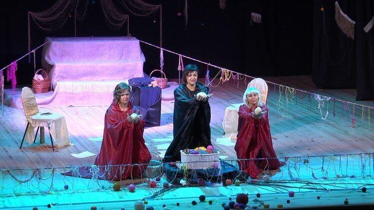Аби все поєднати в одну сюжетну лінію, Альона Малюга- Мельникова використала давньогрецьку легенду про трьох мойр.
