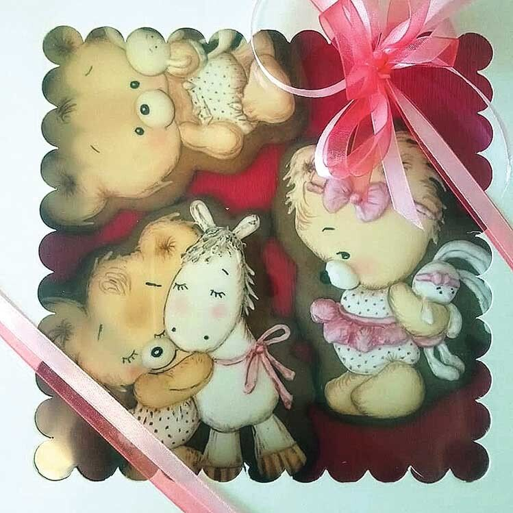 Хоч свої діти давно виросли, Ольга Гончарук залюбки поринає у казковий світ і виготовляє печиво для наймолодших любителів солодощів.